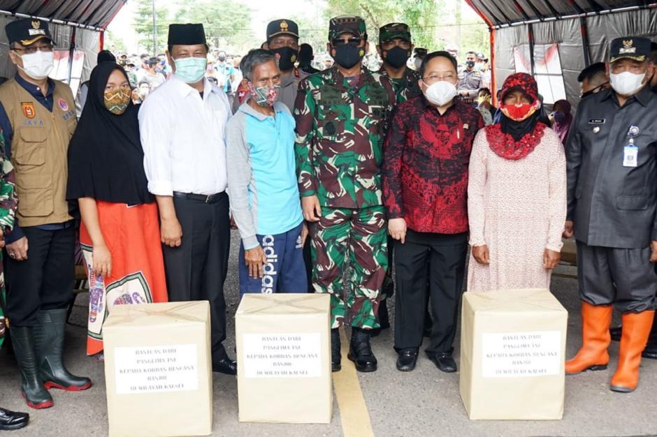 Panglima TNI Serahkan Bantuan Presiden dan 34 Perahu Karet Kepada Korban Banjir Kalsel-3