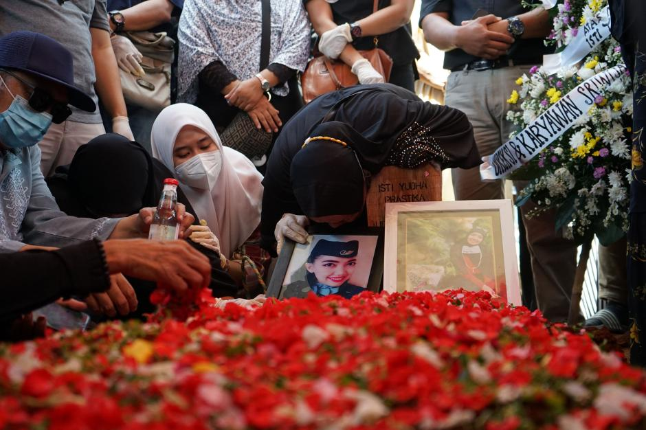 Isak Tangis Keluarga Pecah di Pemakaman Pramugari Nam Air Isti Yudha Prastika-6
