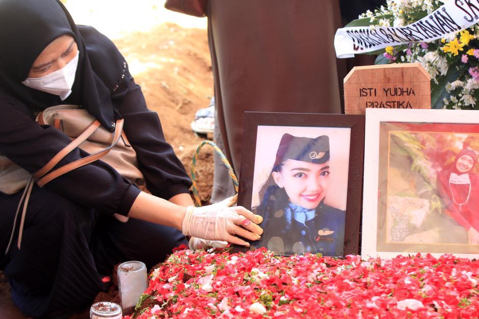 Isak Tangis Keluarga Pecah di Pemakaman Pramugari Nam Air Isti Yudha Prastika-5