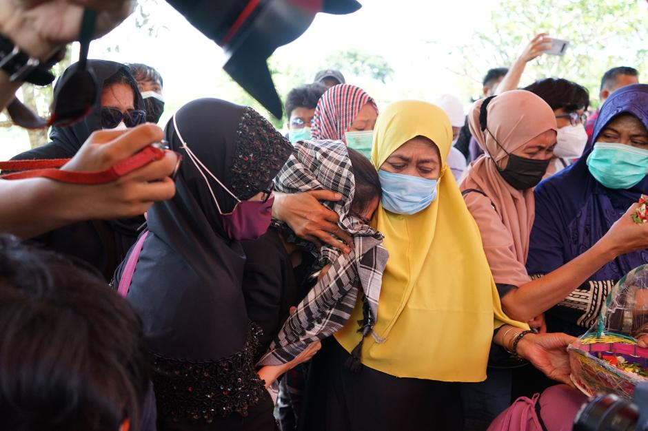 Isak Tangis Keluarga Pecah di Pemakaman Pramugari Nam Air Isti Yudha Prastika-2