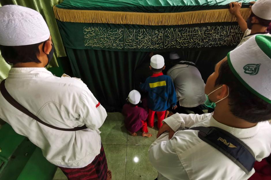 Pelayat Berdoa Secara Bergantian di Makam Habib Ali Abdurrahman Assegaf-4