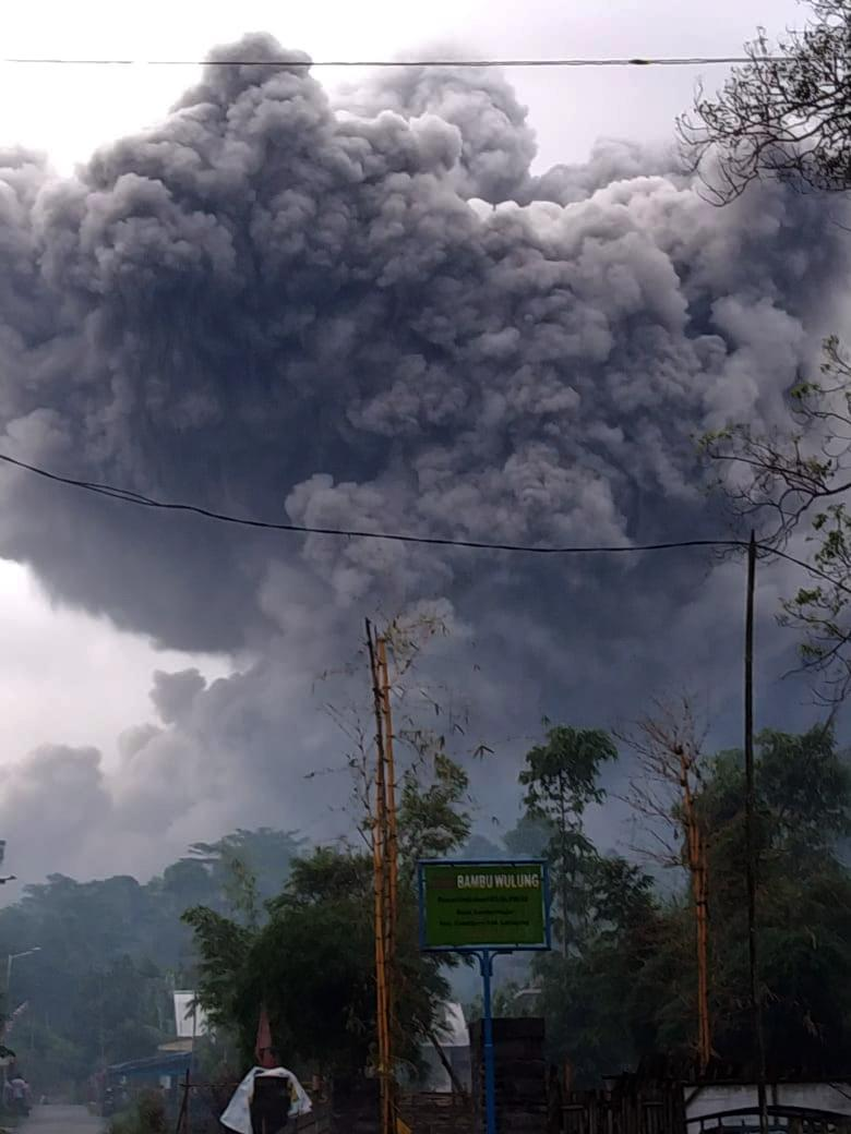 Gunung Semeru Kembali Keluarkan Awan Panas Guguran Sejauh 4,5 Kilometer-0