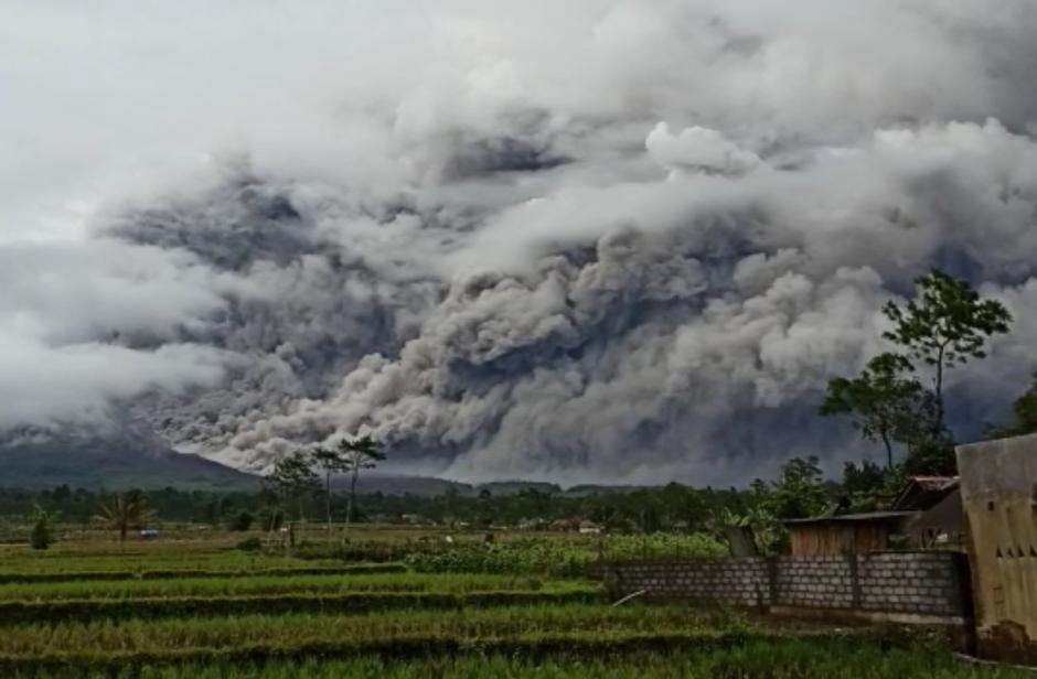Gunung Semeru Kembali Keluarkan Awan Panas Guguran Sejauh 4,5 Kilometer-2