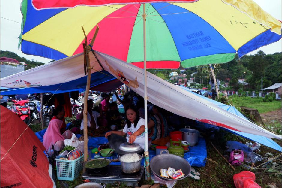 Memilih Tempat Aman dari Gempa, Warga Mamuju Mengungsi di Kawasan Stadion Manakarra-0