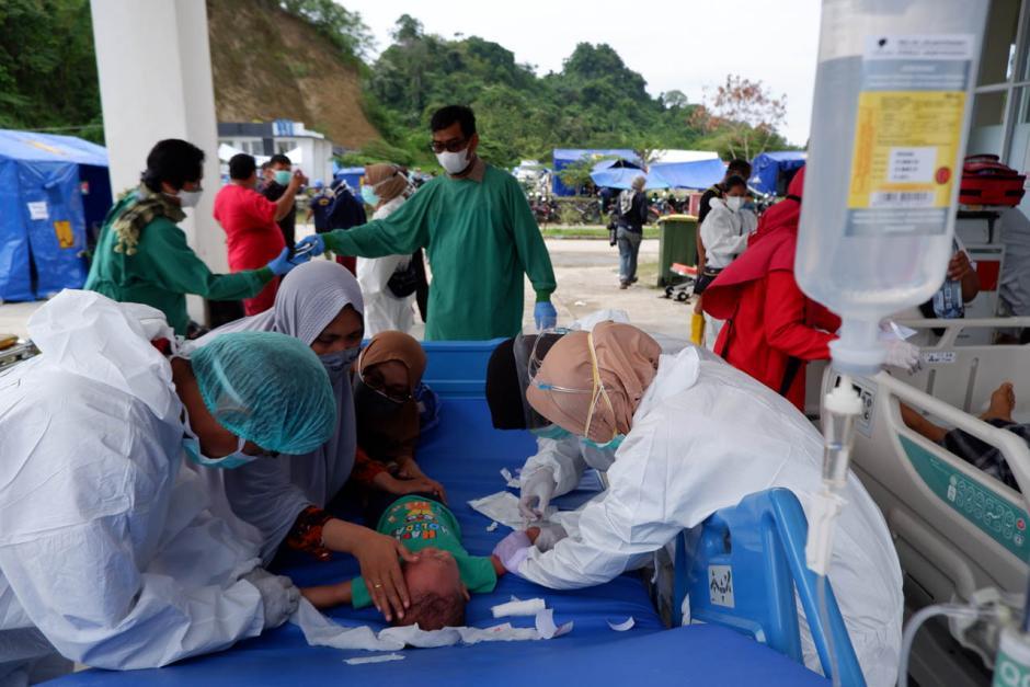Antisipasi Gempa Susulan, Pasien RSUD Provinsi Sulbar Dirawat di Tenda Darurat-0