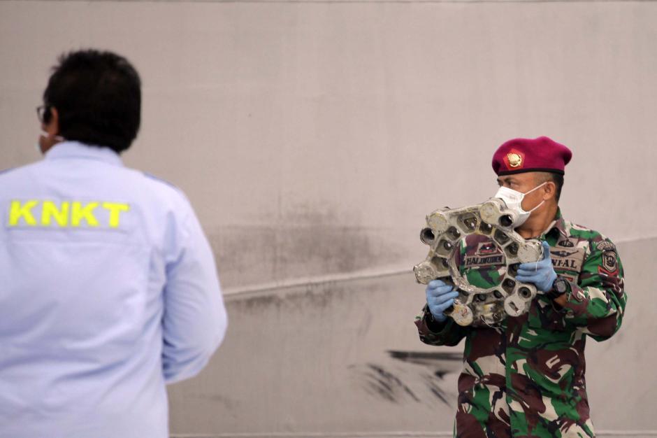 KRI Kurau Kembali Bawa Serpihan Pesawat dan Bagian Tubuh Penumpang Sriwijaya Air SJ 182-5