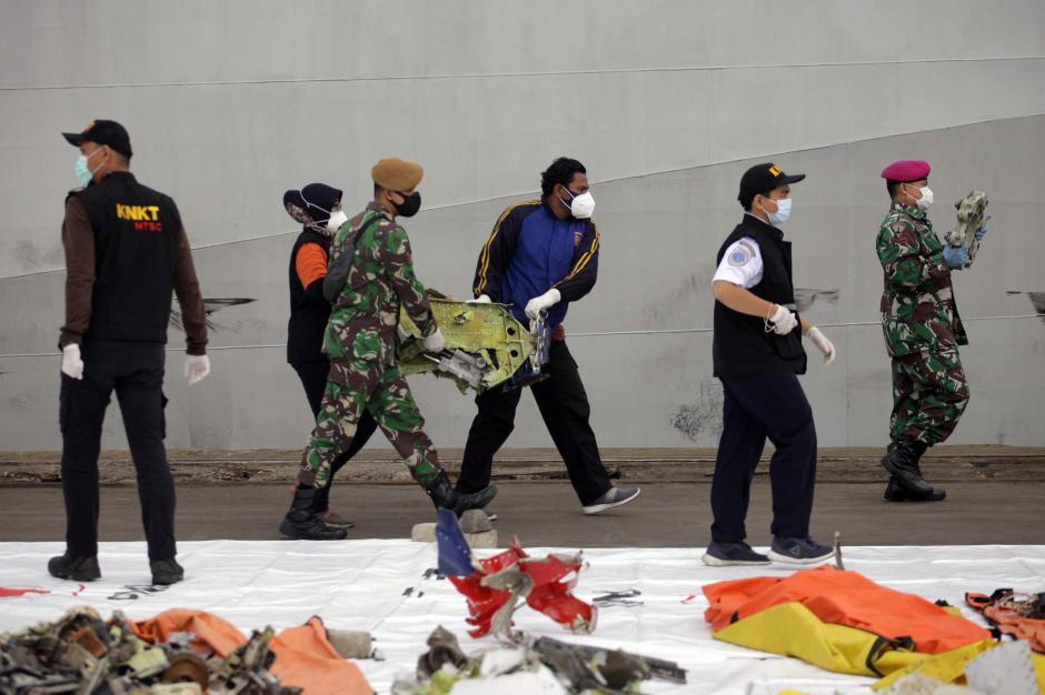 KRI Kurau Kembali Bawa Serpihan Pesawat dan Bagian Tubuh Penumpang Sriwijaya Air SJ 182-0