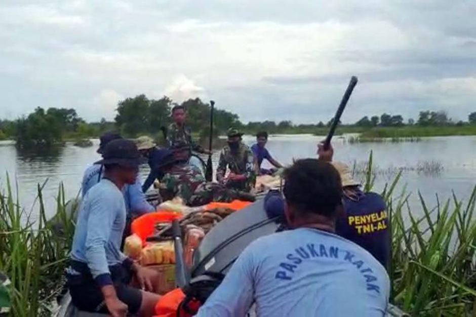 Dengan Bantuan Kompas, Tim SAR TNI AL Tembus Daerah Terisolasi Banjir Kalsel-0