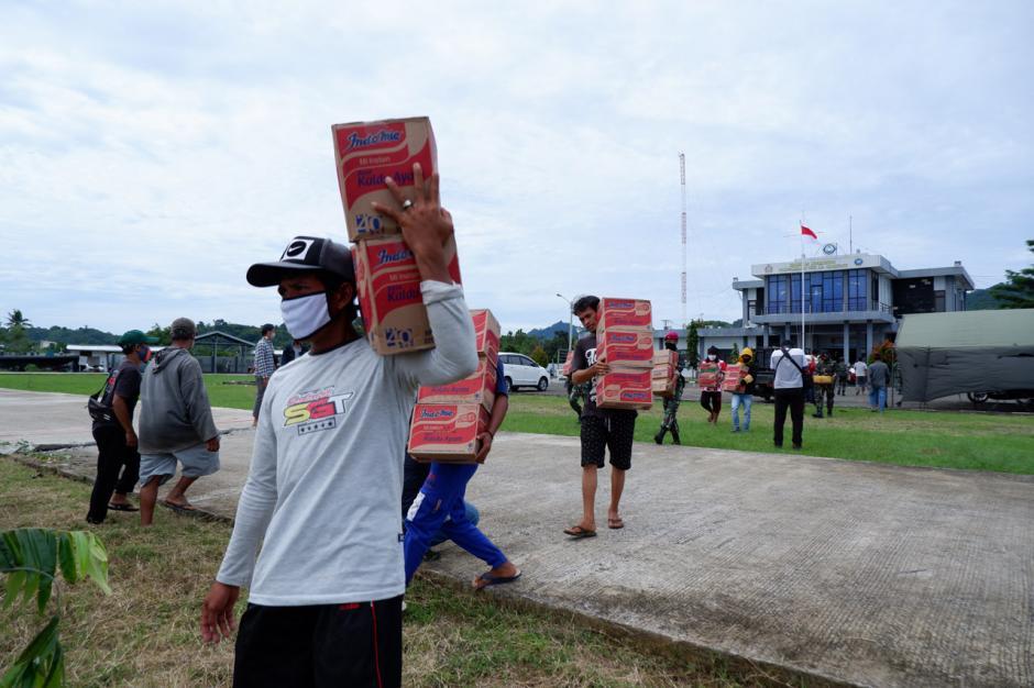 TNI Distribusikan Sembako ke Pengungsian di Perbukitan Pulau Karampuang Mamuju-5