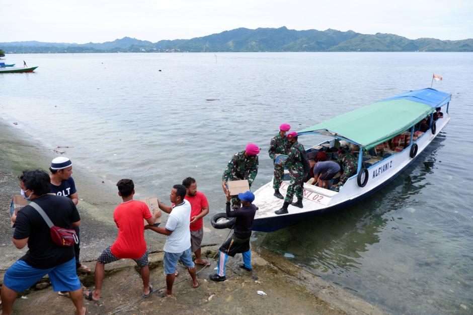 TNI Distribusikan Sembako ke Pengungsian di Perbukitan Pulau Karampuang Mamuju-4