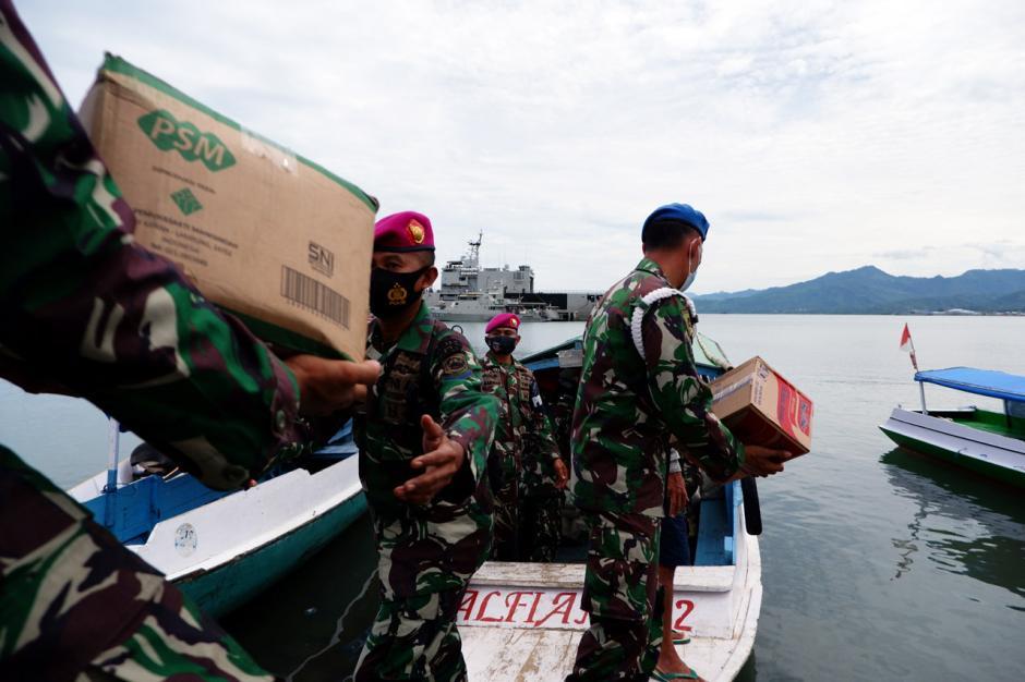 TNI Distribusikan Sembako ke Pengungsian di Perbukitan Pulau Karampuang Mamuju-0