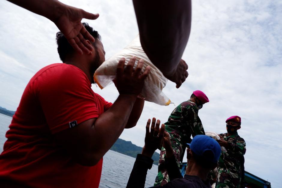TNI Distribusikan Sembako ke Pengungsian di Perbukitan Pulau Karampuang Mamuju-2