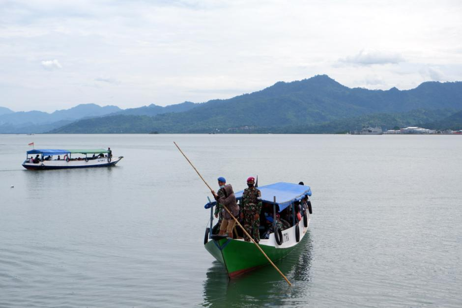 TNI Distribusikan Sembako ke Pengungsian di Perbukitan Pulau Karampuang Mamuju-1