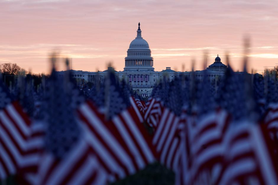 Ribuan Bendera AS Berbaris di Gedung Capitol Sambut Pelantikan Joe Biden-2