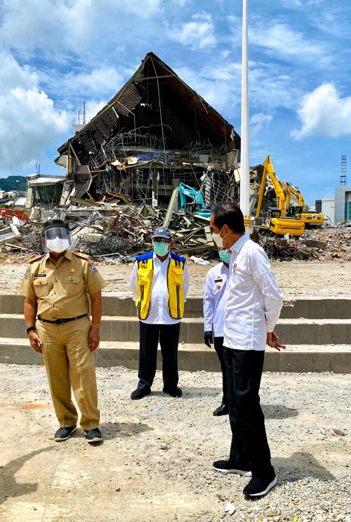 Presiden Jokowi Tinjau Kantor Gubernur Sulbar yang Rusak Parah Akibat Gempa-2