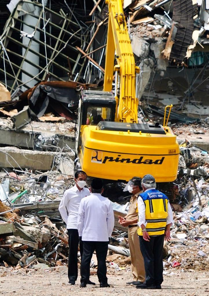 Presiden Jokowi Tinjau Kantor Gubernur Sulbar yang Rusak Parah Akibat Gempa-1
