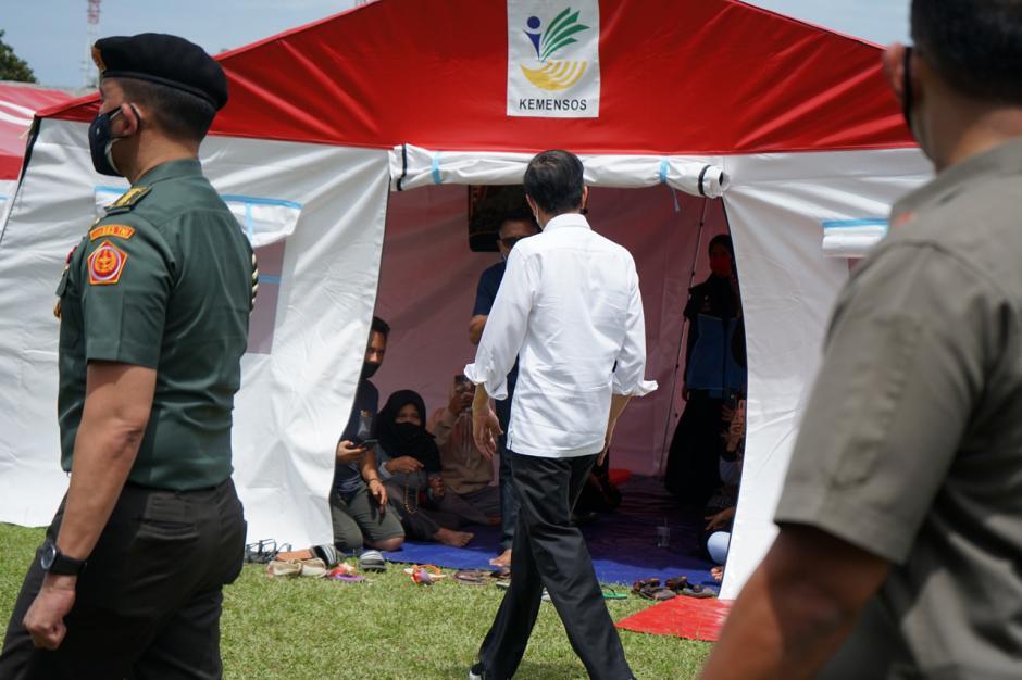 Pastikan Bantuan Logistik Terpenuhi, Jokowi Sambangi Posko Pengungsian Gempa Majene di Stadion Manakarra Mamuju-1
