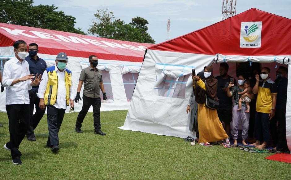 Pastikan Bantuan Logistik Terpenuhi, Jokowi Sambangi Posko Pengungsian Gempa Majene di Stadion Manakarra Mamuju-3