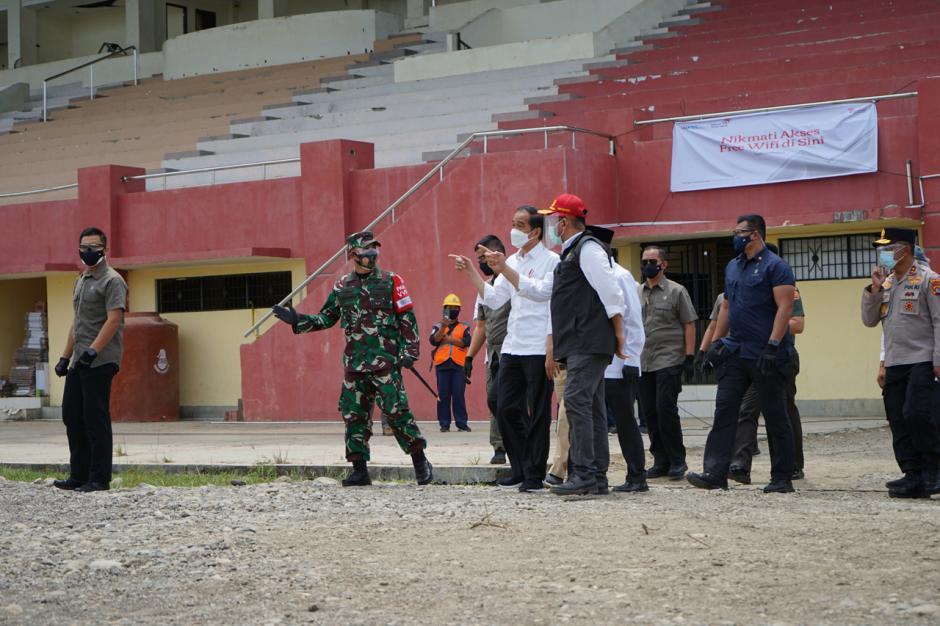 Pastikan Bantuan Logistik Terpenuhi, Jokowi Sambangi Posko Pengungsian Gempa Majene di Stadion Manakarra Mamuju-2