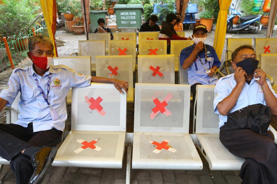 Cegah Penularan Covid-19, Kru Bus dan Penumpang di Terminal Kalideres Ikuti Rapid Test Antigen Gratis-4