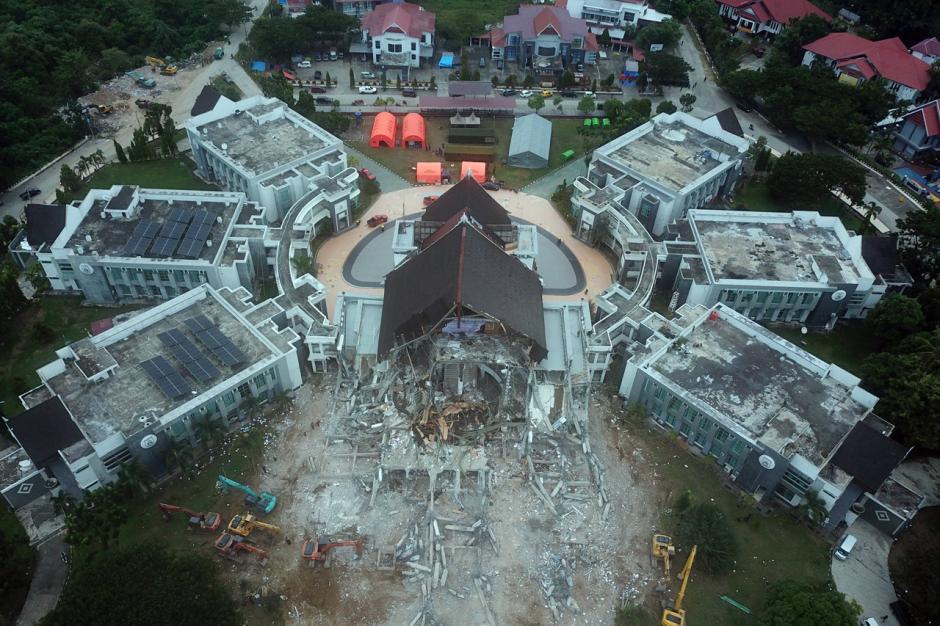 Puing Reruntuhan Kantor Gubernur Sulbar Mulai Dibersihkan-3