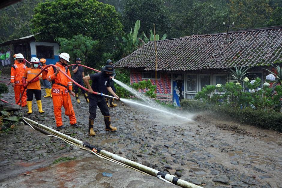 Petugas SAR Bersihkan Lumpur Sisa Banjir Bandang di Gunung Mas-1