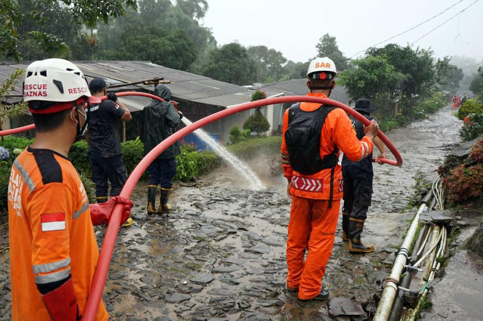 Petugas SAR Bersihkan Lumpur Sisa Banjir Bandang di Gunung Mas-2
