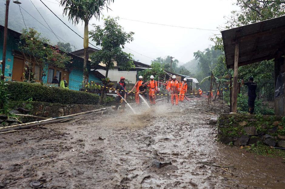 Petugas SAR Bersihkan Lumpur Sisa Banjir Bandang di Gunung Mas-3
