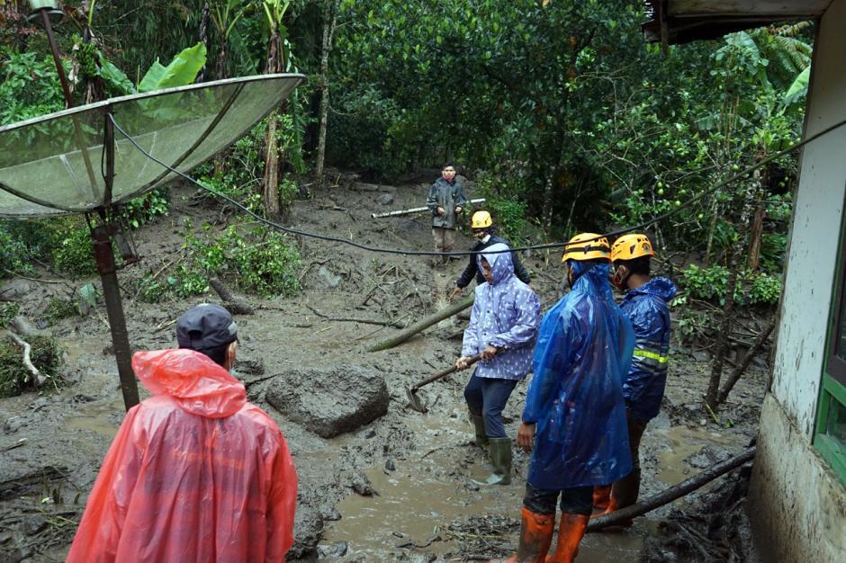 Warga Bersihkan Rumah dari Lumpur Sisa Banjir Bandang Gunung Mas-2