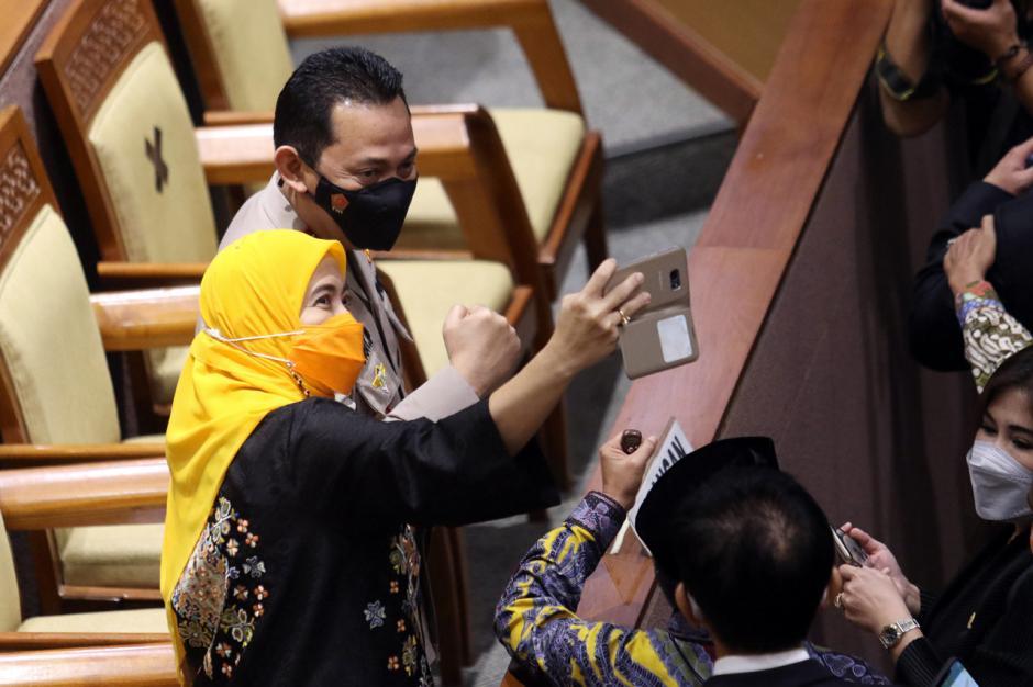 Ini Moment Anggota DPR Beri Ucapan Selamat kepada Listyo Sigit Usai Sidang Paripurna-5