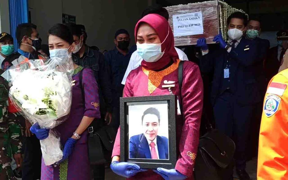 Tiba di Pangkalpinang, Jenazah Pramugara Sriwijaya Air SJ-182 Disambut Isak Tangis Keluarga dan Kerabat-2