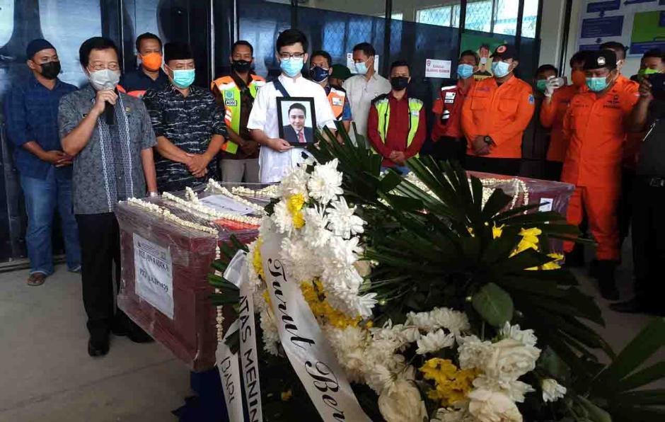 Tiba di Pangkalpinang, Jenazah Pramugara Sriwijaya Air SJ-182 Disambut Isak Tangis Keluarga dan Kerabat-1