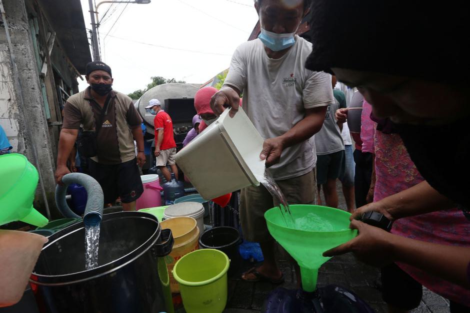 Air PDAM Mati, Warga Surabaya Mengantre Air Bersih dari Mobil Tangki-3