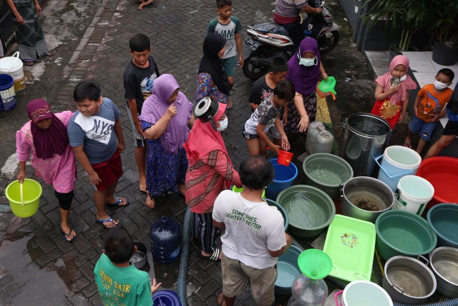Air PDAM Mati, Warga Surabaya Mengantre Air Bersih dari Mobil Tangki-0