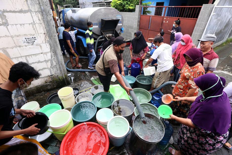 Air PDAM Mati, Warga Surabaya Mengantre Air Bersih dari Mobil Tangki-5