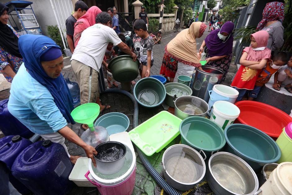 Air PDAM Mati, Warga Surabaya Mengantre Air Bersih dari Mobil Tangki-1