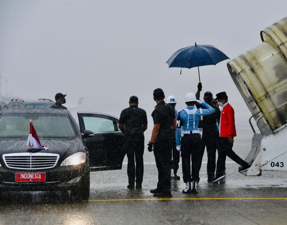 Hujan Deras Iringi Kedatangan Jokowi di Palembang-1