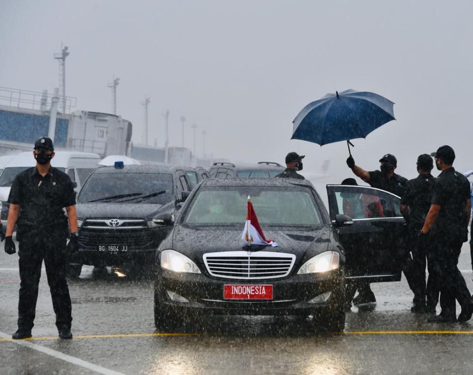 Hujan Deras Iringi Kedatangan Jokowi di Palembang-0