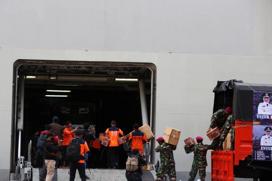 TNI AL Kerahkan KRI Banda Aceh-592 Kirim Bantuan Korban Bencana Alam-5