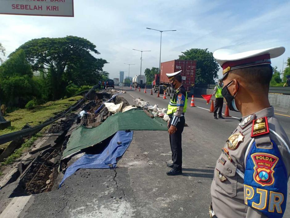 Jalan Tol Surabaya-Gempol KM 6 Ambles, Polisi Tutup Satu Lajur Arah Dupak Menuju Waru-1