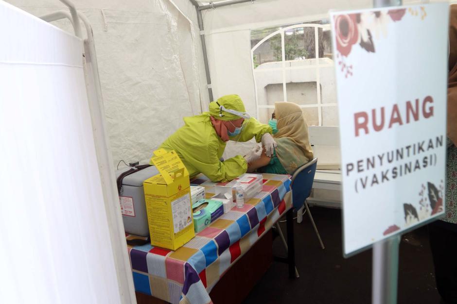 Tenaga Kesehatan di Cengkareng Disuntik Vaksin Covid-19 Tahap Kedua-0