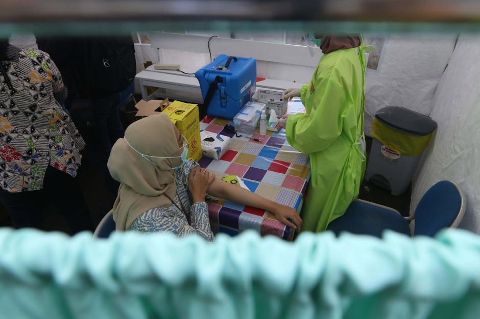Tenaga Kesehatan di Cengkareng Disuntik Vaksin Covid-19 Tahap Kedua-2