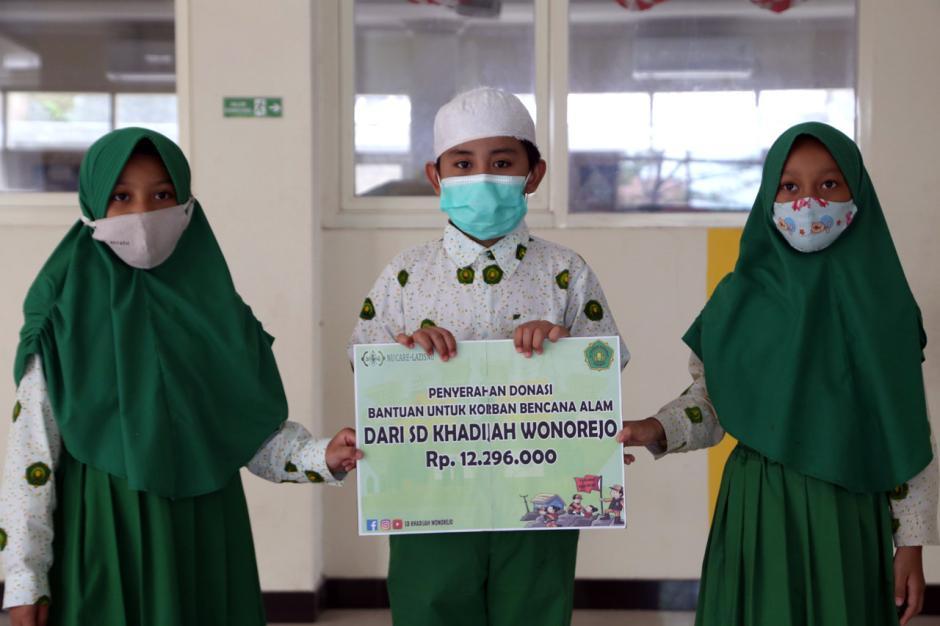 Peduli Bencana, Siswa SD Khadijah Wonorejo Donasikan Celengan-5