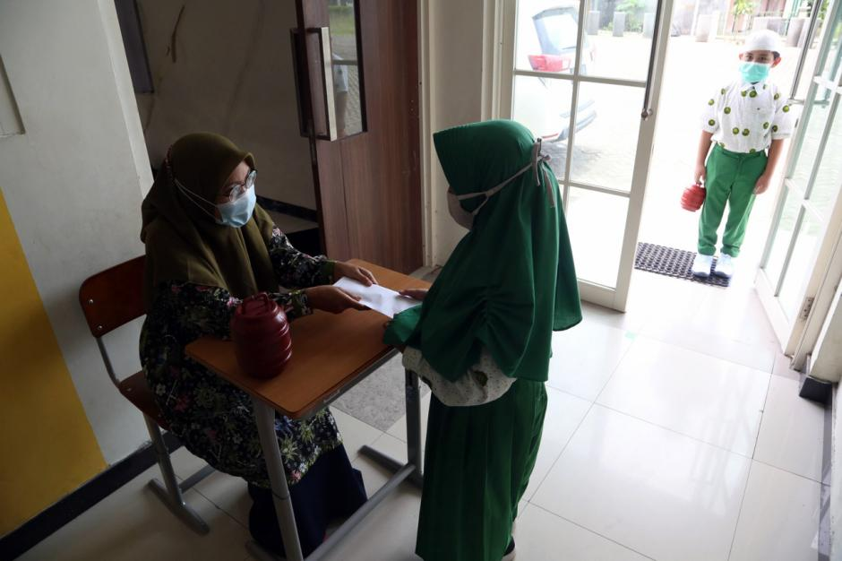 Peduli Bencana, Siswa SD Khadijah Wonorejo Donasikan Celengan-4