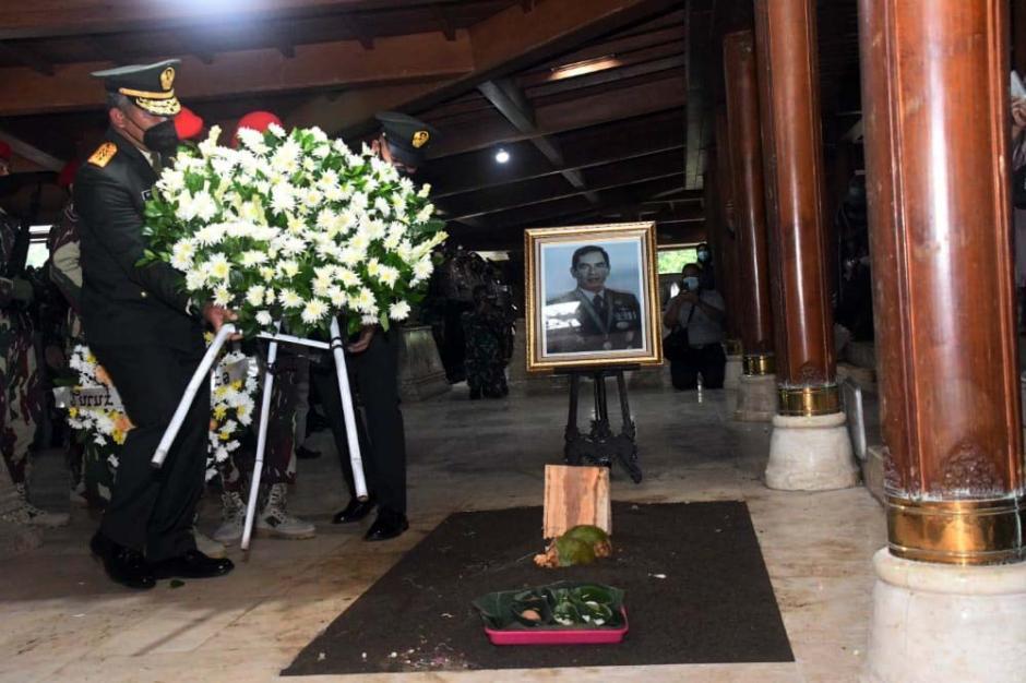 Pangkostrad Pimpin Upacara Pemakaman Jenderal (Purn) TNI Wismoyo Arismunandar-4