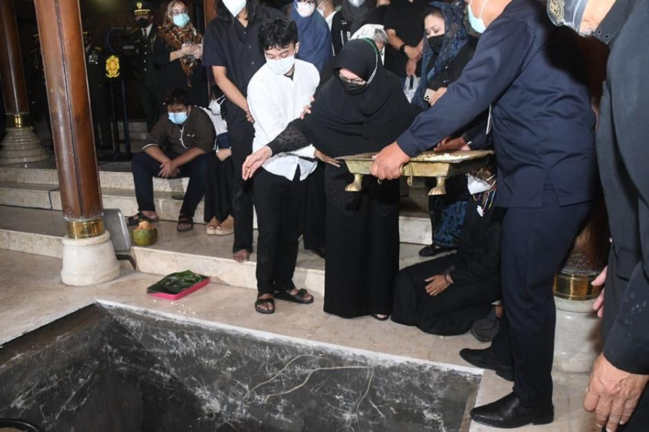 Pangkostrad Pimpin Upacara Pemakaman Jenderal (Purn) TNI Wismoyo Arismunandar-2