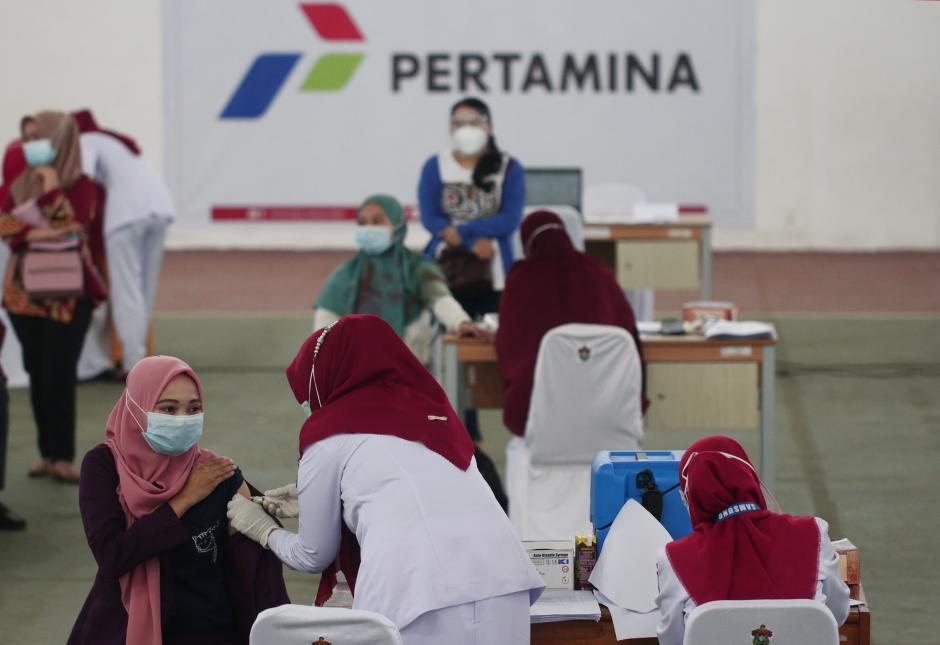 Tenaga Kesehatan Ikuti Vaksinasi Massal di GOR Universitas Hasanuddin Makassar-0
