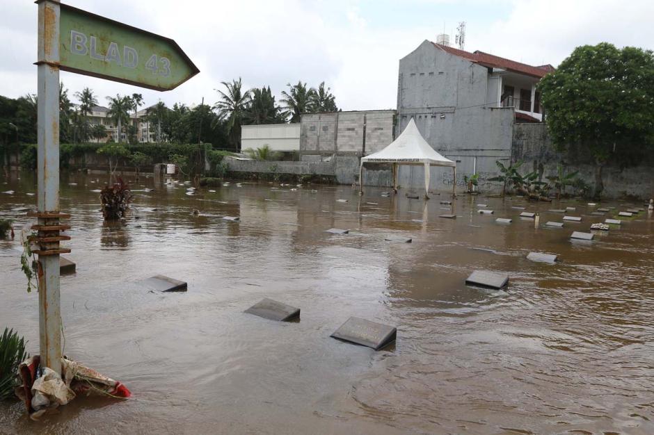 Kali Krukut Meluap, TPU Jeruk Purut Terendam Banjir-3