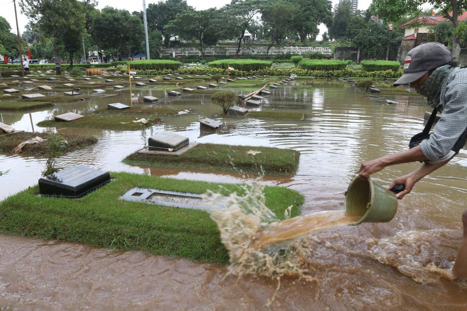 Kali Krukut Meluap, TPU Jeruk Purut Terendam Banjir-0
