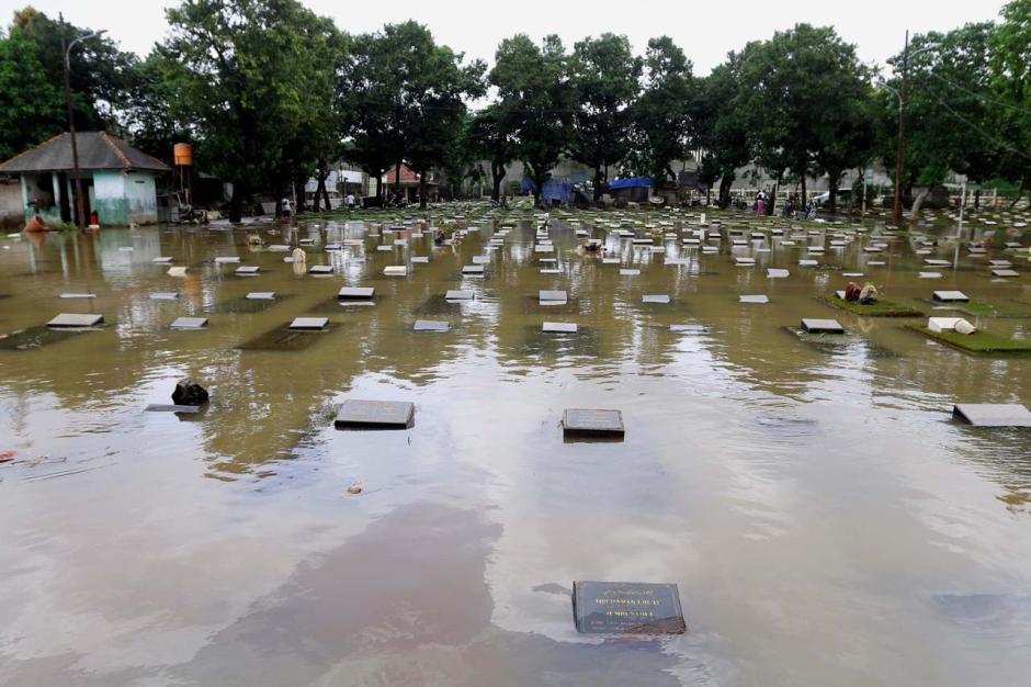 Kali Krukut Meluap, TPU Jeruk Purut Terendam Banjir-2